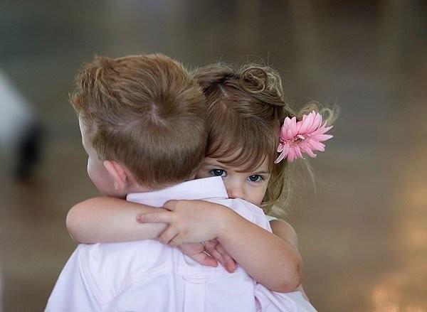 Little-Girl-Hugging-Boy-On-Hug-Day-600x439